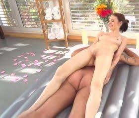 Vajinasıyla masaj yapan kız