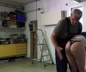 Yaşlı tamirci alkol alıp sallanan kızı tamir hanede sikiyor