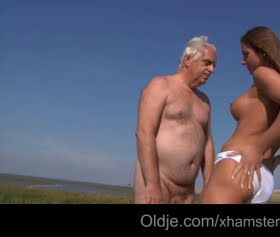 Yaşlı ve genç plajda sikiş yaşıyorlar