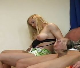 Amatör yaşlı adam cezalandırdıgı genç kızı sikiyor