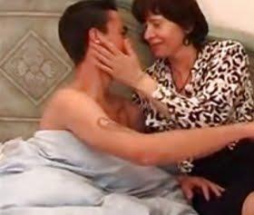 BEEG Üvey annesiyle sabah sikişi yaşayan oglu