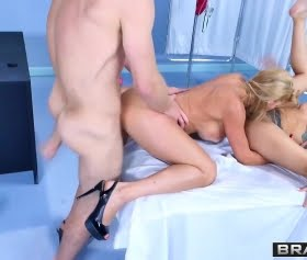Brazzers pornonun klasikleşmişlerinden Marsha May güzel bir videoda karşımızda