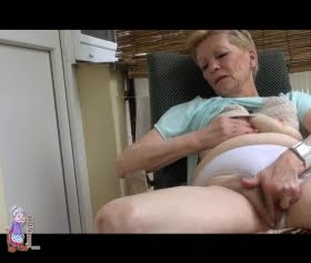 Dul kadın ofiste parmaklıyor