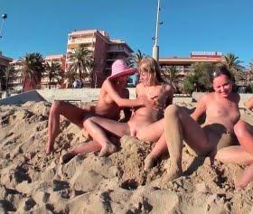 Lezbiyen kızlar plajda grup takılıyor