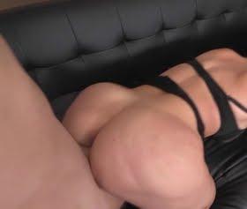 Alena Croft kanepede bir harika