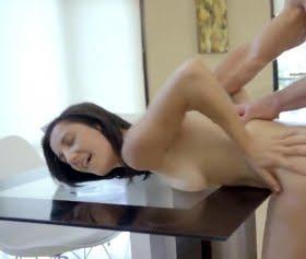 Cam masanın üstünde sikti Jade Amber