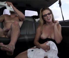 Kendra Lynn sıcak kız arabada sevişti