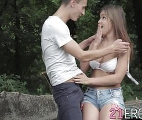 Renata Fox, okul gezisinde ormanda seks yapıyor