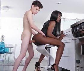 üvey zenci annesini mutfakta taburede sikiyor
