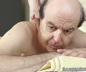 Sexy masöz kızla yaşlı herifin acımasız sikişmeleri