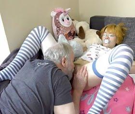 emzikli bebek rolündeki kızı siken yaşlı dede