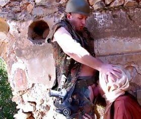fransız askerine saxo çeken türbanlı kadın