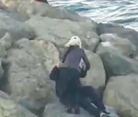 kayalıklarda türbanlıya gizlice çakma videosu